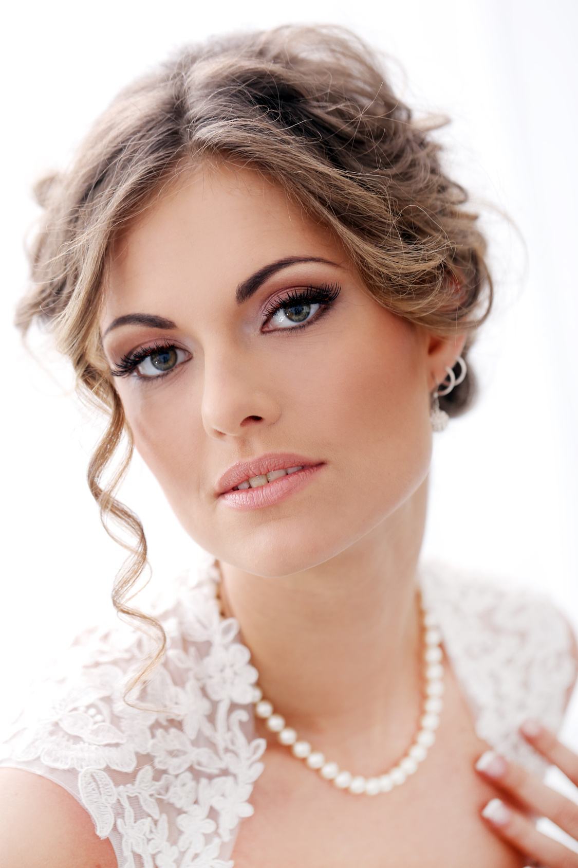 bride-showing-mineral-makeup-look.jpg