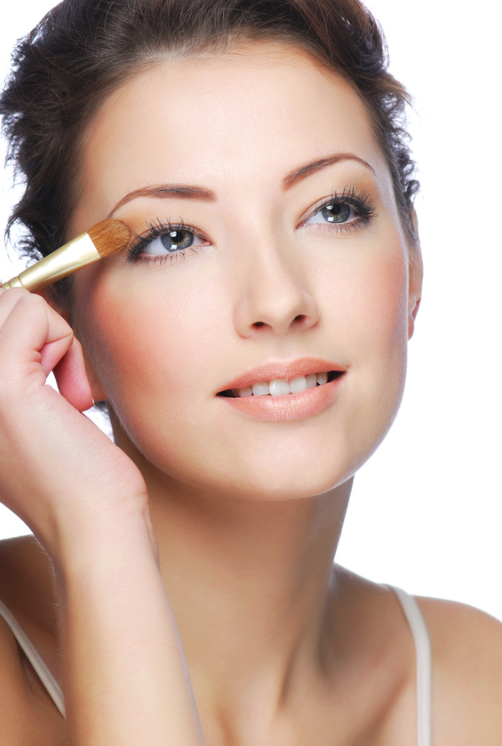 woman-applying-mineral-eye-shadow.png