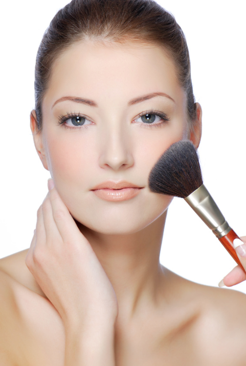 woman-applying-mineral-foundation.png